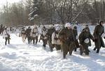 Колонна немецких солдат движетсяна фронт