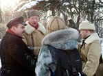 Политрук советской армии проводит беседу со зрителями